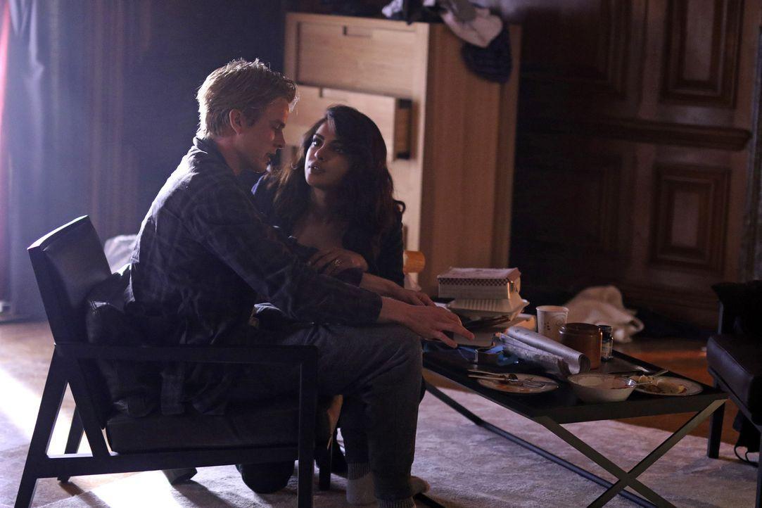 Mit Hilfe von Raina schafft es Alex (Priyanka Chopra, r.), an Caleb (Graham Rogers, l.) heranzukommen, der in der Folge des Anschlags drogensüchtig... - Bildquelle: Bertrand Calmeau 2015 ABC Studios