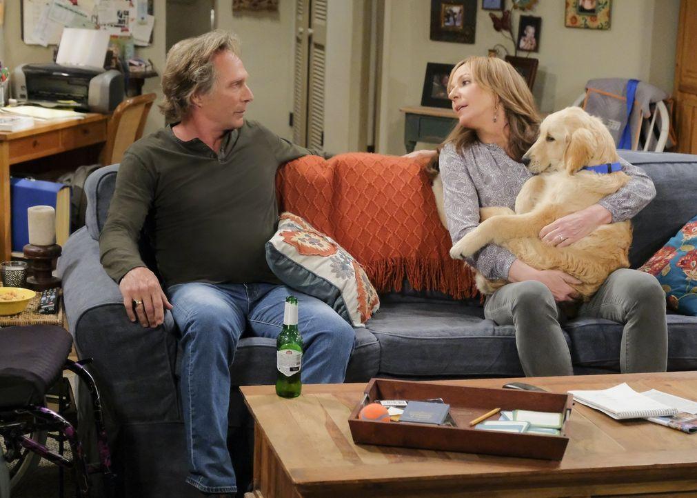 Adam (William Fichtner, l.) und Bonnie (Allison Janney, r.) sprechen über ihre Zukunft, als Adam sie fragt, ob es immer dieses Chaos in ihrem Leben... - Bildquelle: 2018 Warner Bros.