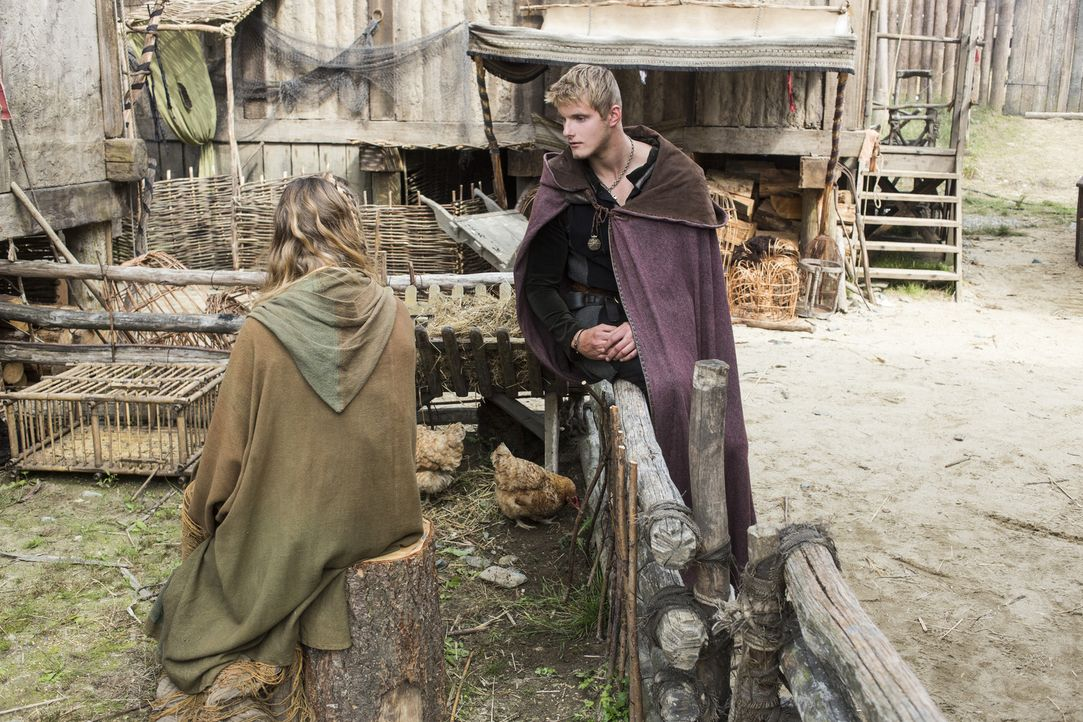 Athelstan wird zu einem Vertrauten von König Egbert, unterdessen findet Bjorn (Alexander Ludwig, r.) Gefallen an der hübschen Porunn (Gaia Weiss, l.... - Bildquelle: 2014 TM TELEVISION PRODUCTIONS LIMITED/T5 VIKINGS PRODUCTIONS INC. ALL RIGHTS RESERVED.