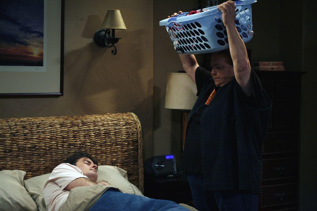 Berta (Conchata Ferrell, r.) gibt Charlie (Charlie Sheen, l.)  eine Kostprobe, wie es sein könnte, wenn sie nicht mehr da ist ... - Bildquelle: Warner Brothers Entertainment Inc.