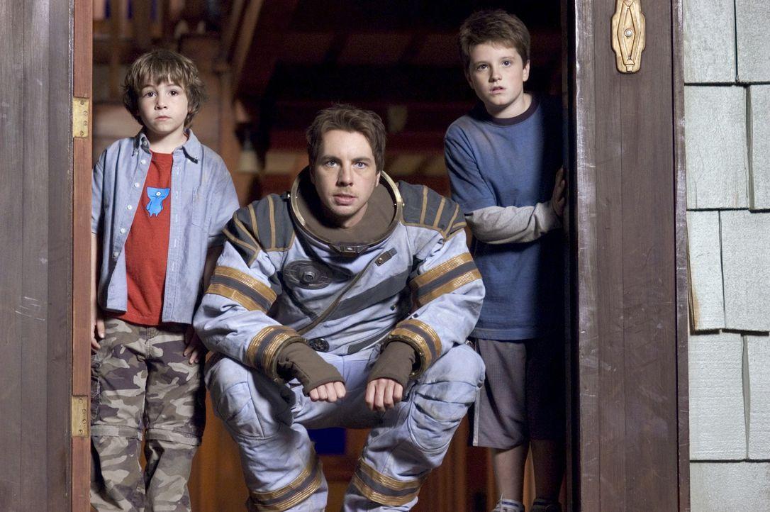 Ein Astronaut (Dax Shepard, M.) hilft Danny (Jonah Bobo, l.) und Walter (Josh Hutcherson, r.), damit sie wieder zurück auf die Erde finden ... - Bildquelle: Sony Pictures Television International. All Rights Reserved.