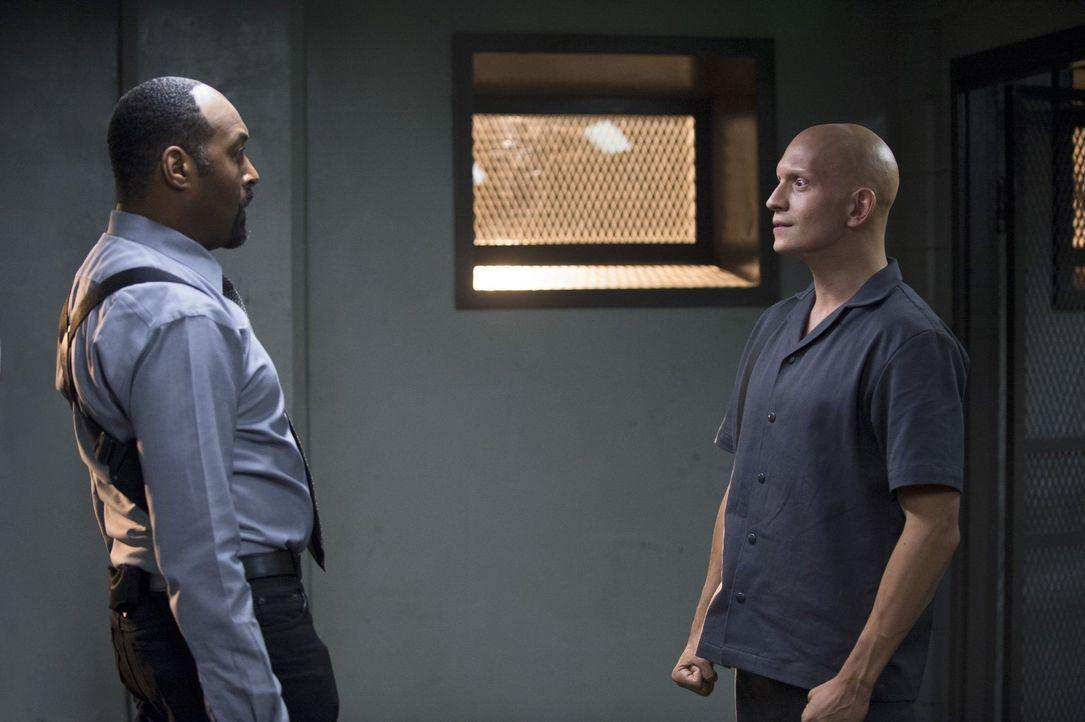 Als das S.T.A.R. Labs-Team herausfindet, dass Kyle Nimbus aka The Mist (Anthony Carrigan, r.) von Joe West (Jesse L. Martin, l.) verhaftet wurde, wi... - Bildquelle: Warner Brothers.