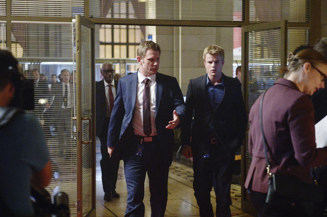 Kann Caleb (Graham Rogers, r.) seinem Vater Clayton (Mark Pellegrino, l.) wirklich vertrauen? - Bildquelle: Philippe Bosse 2015 ABC Studios