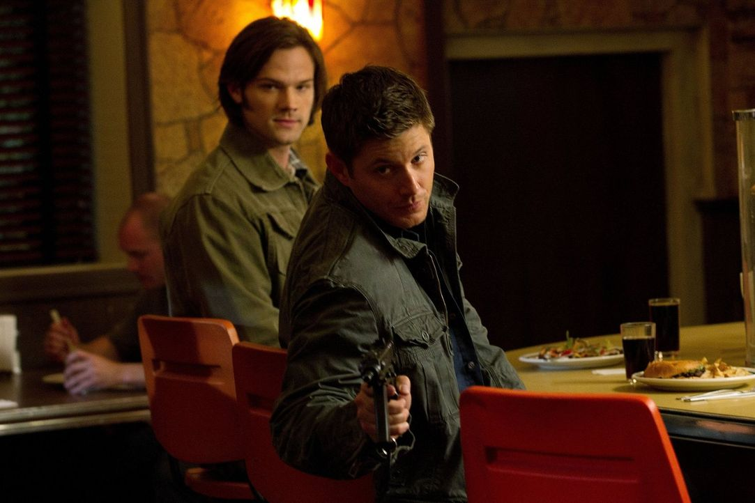 Dean (Jensen Ackles, r.) und Sam (Jared Padalecki, l.) stehen auf der Fahndungsliste des FBI, als zwei Leviathane sich als die beiden ausgeben und s... - Bildquelle: Warner Bros. Television