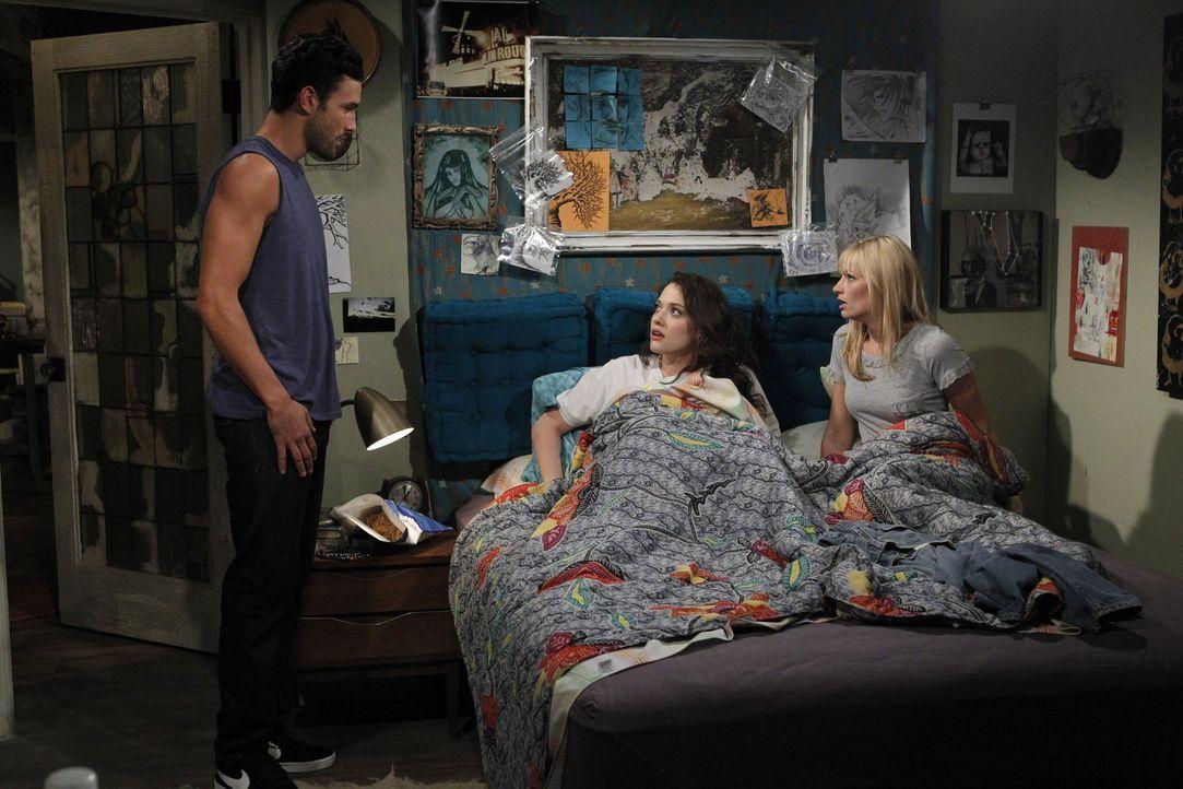 Die betrogene Max (Kat Dennings, M.) und ihre Kollegin Caroline (Beth Behrs, r.) können es einfach nicht fassen, dass sich ihr Max' Exfreund Johnny... - Bildquelle: Warner Brothers