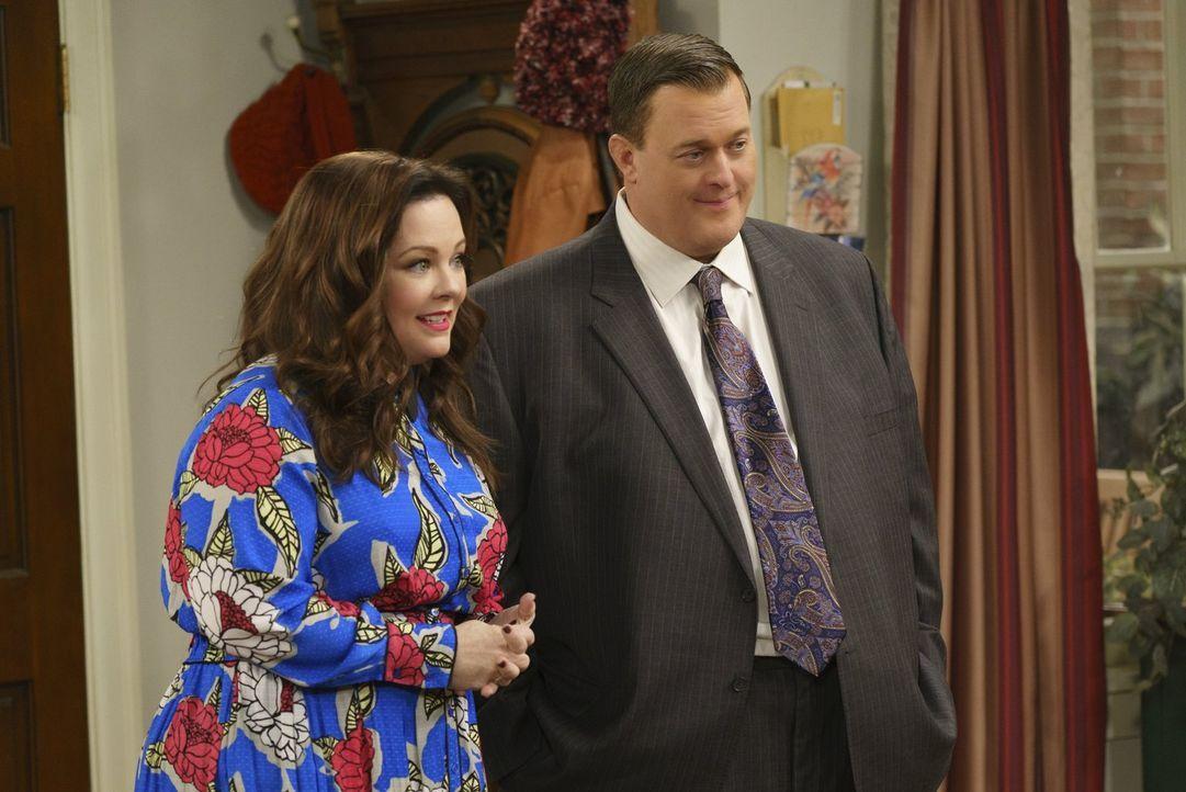Molly (Melissa McCarthy, l.) und Mike (Billy Gardell, r.) freuen sich darauf, endlich ein Baby zu adoptieren. Sie hatten jedoch nicht damit gerechne... - Bildquelle: Warner Brothers
