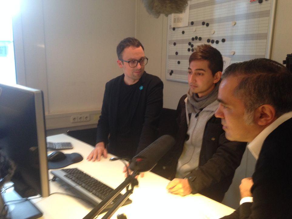 Saruul und Aiman besprechen gemeinsam die Sendung