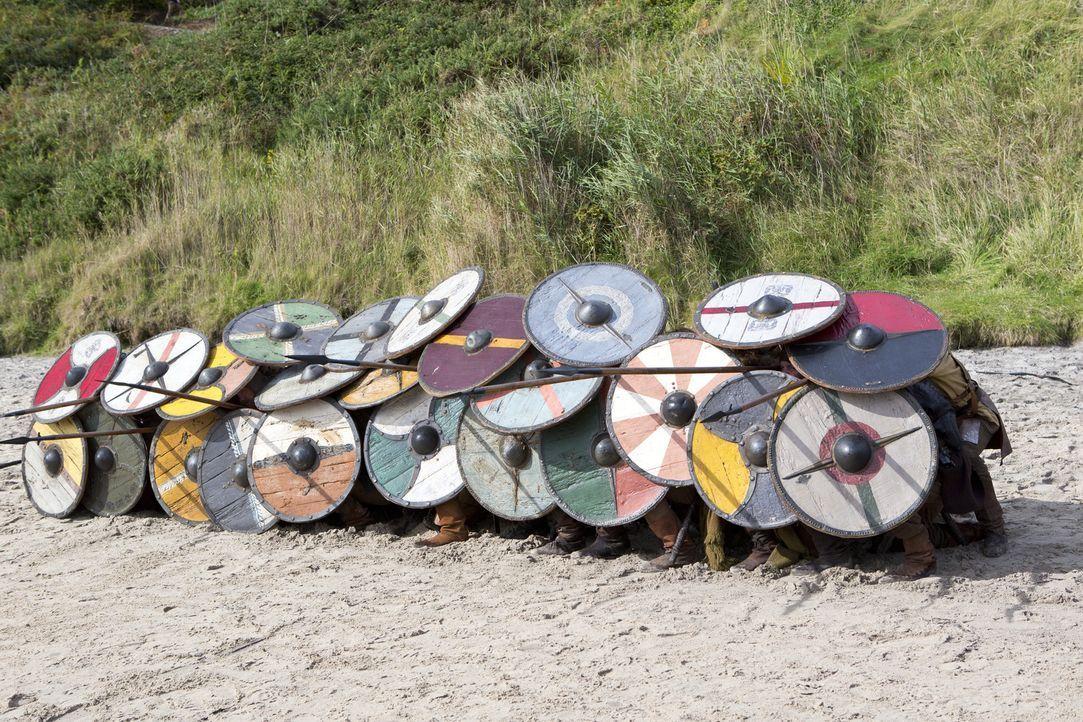 Am angelsächsischen Strand wartet die nächste Herausforderung, der sich die Wikinger mit Kriegsgebrüll und einer gewieften Verteidigungstaktik entge... - Bildquelle: 2013 TM TELEVISION PRODUCTIONS LIMITED/T5 VIKINGS PRODUCTIONS INC. ALL RIGHTS RESERVED.