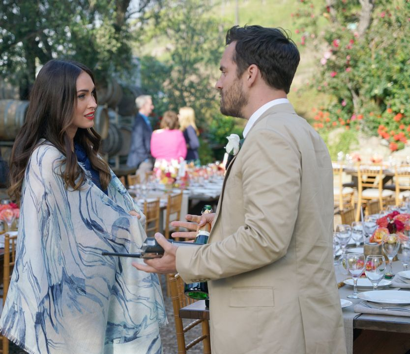 "Nick (Jake Johnson, r.) ist begeistert, als Reagan (Megan Fox, l.) zur Hochzeit erscheint, doch vor dem Wort ""Beziehung"" schreckt Reagan plötzlich z... - Bildquelle: Adam Taylor 2016 Fox and its related entities.  All rights reserved. / Adam Taylor"