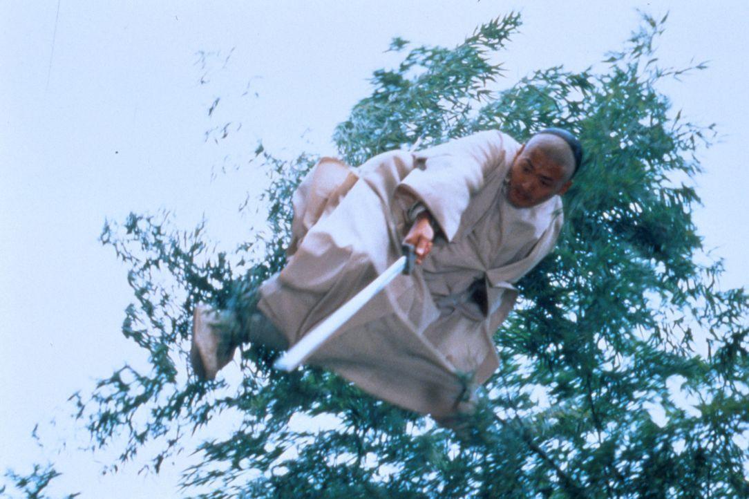 Als sein kostbares Schwert verschwindet, greift der alte Kämpfer Li Mu Bai (Chow Yun-Fat) tief in seine Trickkiste ... - Bildquelle: ARTHAUS Filmverleih