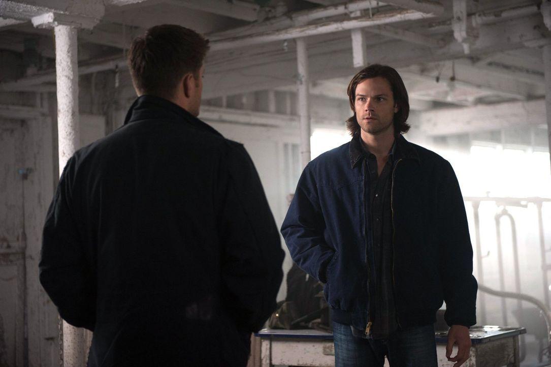 Kurz vor dem Ziel müssen Sam (Jared Padalecki, r.) und Dean (Jensen Ackles, l.) noch einmal miterleben, wie viel Macht Crowley wirklich hat ... - Bildquelle: Warner Bros. Television
