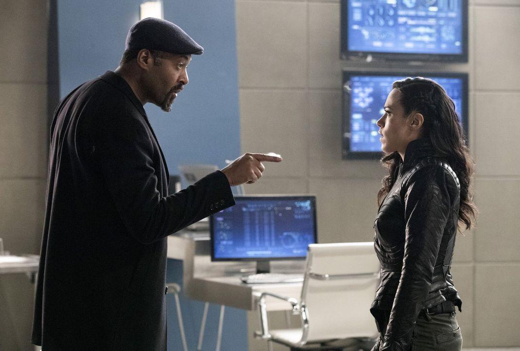Während Joe (Jesse L. Martin, l.) eine Chance wittert, um Iris zu retten, will Gypsy (Jessica Camacho, r.) Abra Kadabra nur an ihre Auftraggeber aus... - Bildquelle: 2016 Warner Bros.