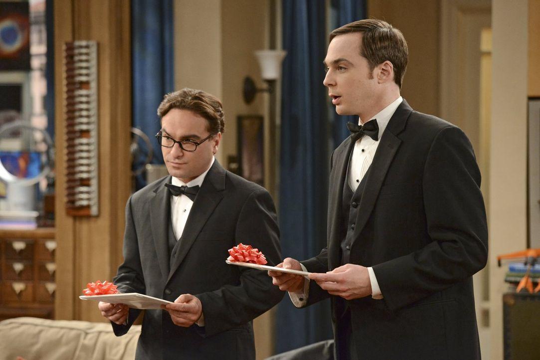 Stehen Bernadette und Howard am schönsten Tag in ihrem Leben zur Seite: Leonard (Johnny Galecki, l.) und Sheldon (Jim Parsons, r.) ... - Bildquelle: Warner Bros. Television