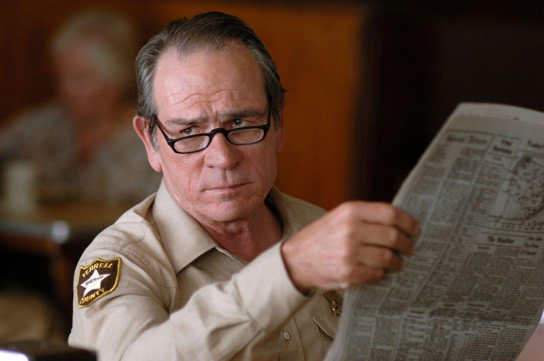 Noch ahnt Sheriff Bell (Tommy Lee Jones) nicht, dass auf ihn eine Jagd nach der Inkarnation des Bösen wartet ... - Bildquelle: 2008 by PARAMOUNT VANTAGE, a Division of PARAMOUNT PICTURES, and MIRAMAX FILM CORP. All Rights Reserved.