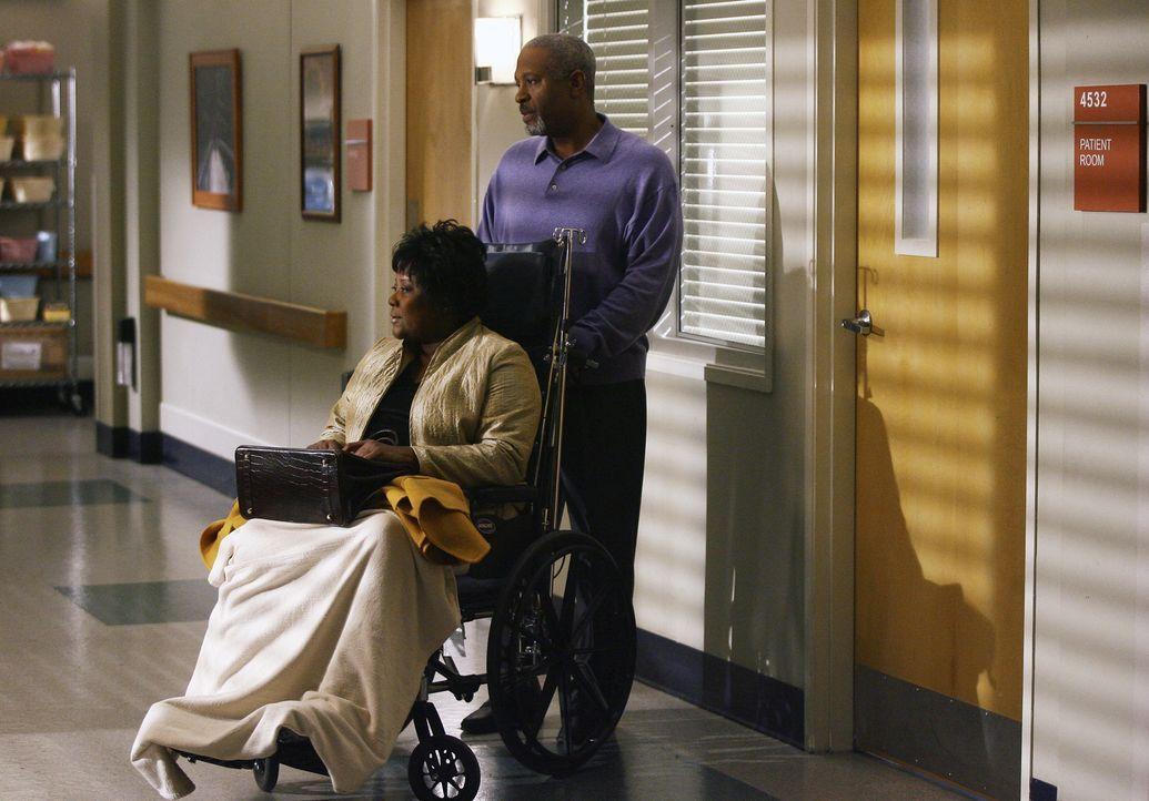 Richard (James Pickens Jr., r.) macht sie große Sorgen um seine Frau Adele (Loretta Devine, l.), die nach einem Zusammenbruch im Krankenhaus liegt .... - Bildquelle: Scott Garfield 2007 American Broadcasting Companies, Inc. All rights reserved. NO ARCHIVE. NO RESALE.