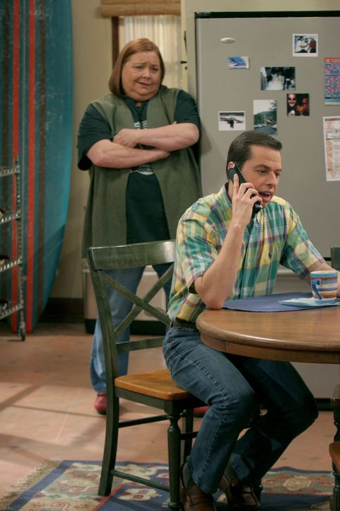 Berta (Conchata Ferrell, l.); Alan Harper (Jon Cryer, r.) - Bildquelle: Warner Bros. Entertainment, Inc.