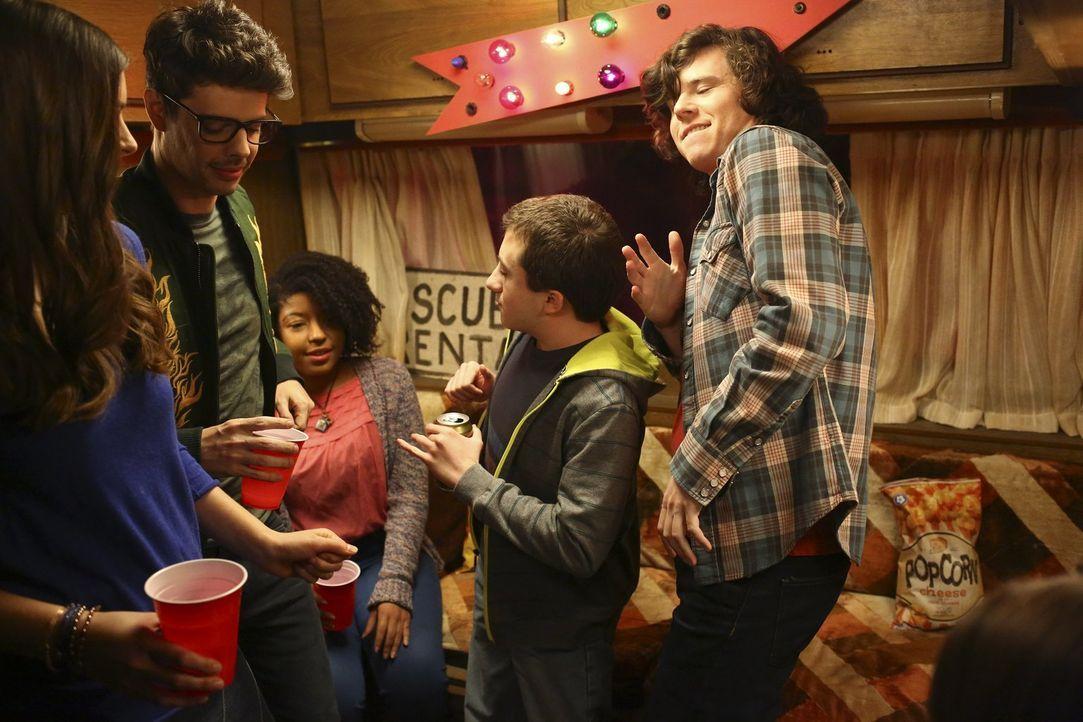 Brick (Atticus Shaffer, 2.v.r.) überredet Axl (Charlie McDermott, r.), ihn auf dem College besuchen zu dürfen - um richtig Party zu machen ... - Bildquelle: Warner Bros.