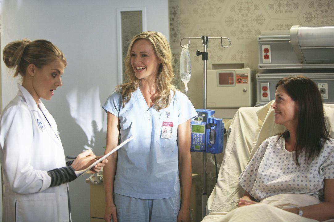 Lucy (Kerry Bishe, M.) muss sich einen Mentor suchen, da J.D. nicht mehr lange zur Verfügung stehen wird. Ihre Wahl fällt auf Denise (Eliza Coupe,... - Bildquelle: Touchstone Television