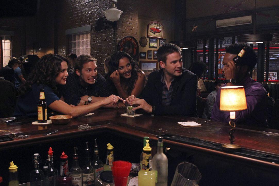 Sind ganz besondere Freunde: Fitz (Andre Holland, r.), Ben (Ryan Hansen, 2.v.l.), Sara (Danneel Ackles, l.), Riley (Jessica Lucas, M.) und Aaron (Za... - Bildquelle: NBC Universal, Inc.