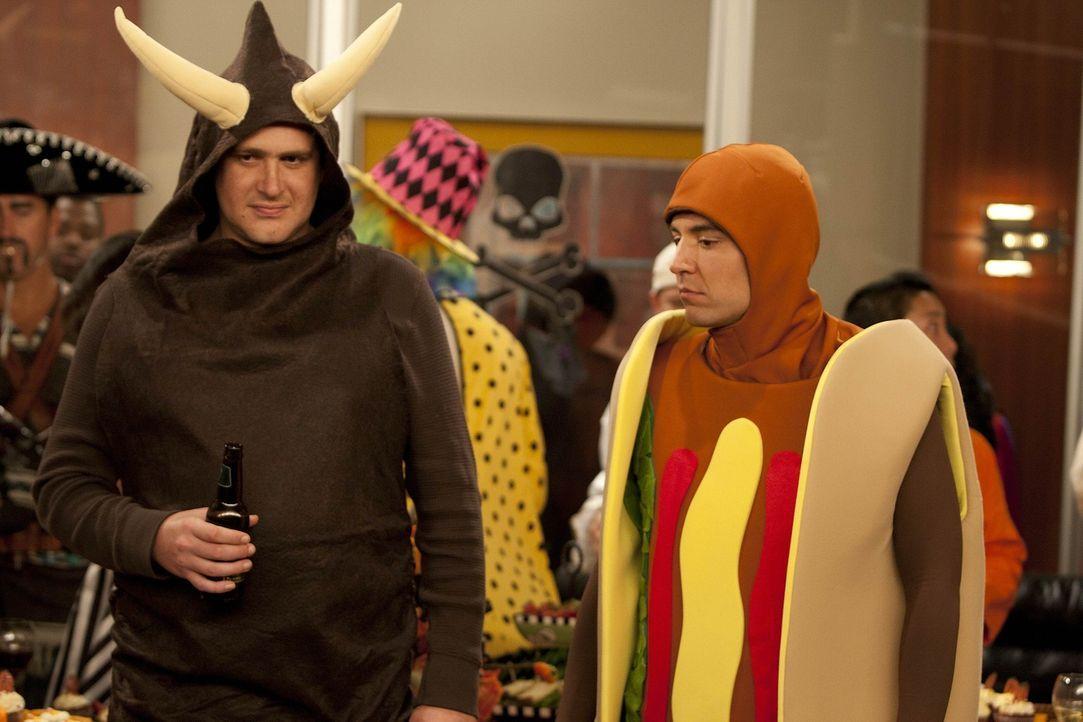Es ist Halloween, und Ted (Josh Radnor, r.) unterrichtet in einem Hot-Dog-Outfit. Nach dem Unterricht laden ihn seine Studenten zu einer Party ein,... - Bildquelle: 20th Century Fox International Television