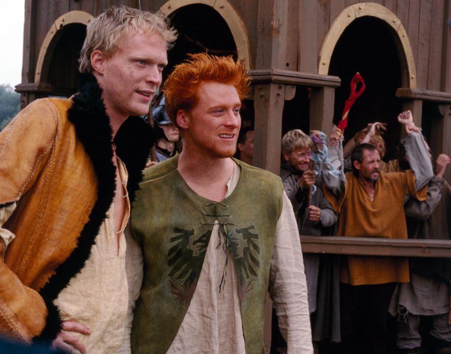 Um William die Chance zu ermöglichen, am Ritter-Zirkus teilnehmen zu können, rufen Geoffrey (Paul Bettany, l.) und Wat (Alan Tudyk, r.) den Ritter... - Bildquelle: 2003 Sony Pictures Television International. All Rights Reserved