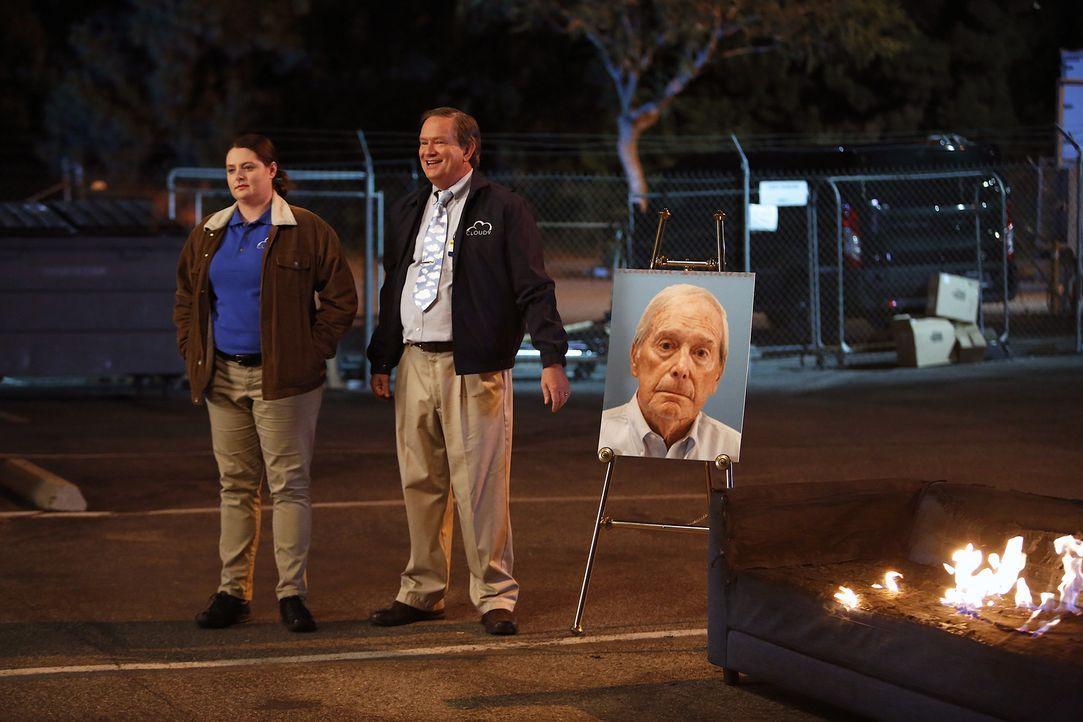 Da das Möbelstück, auf dem der fremde Herr verstorben ist, sowieso vernichtet werden muss, veranstalten Dina (Lauren Ash, l.) und Glenn (Mark McKinn... - Bildquelle: Greg Gayne 2015 Universal Television LLC. ALL RIGHTS RESERVED.