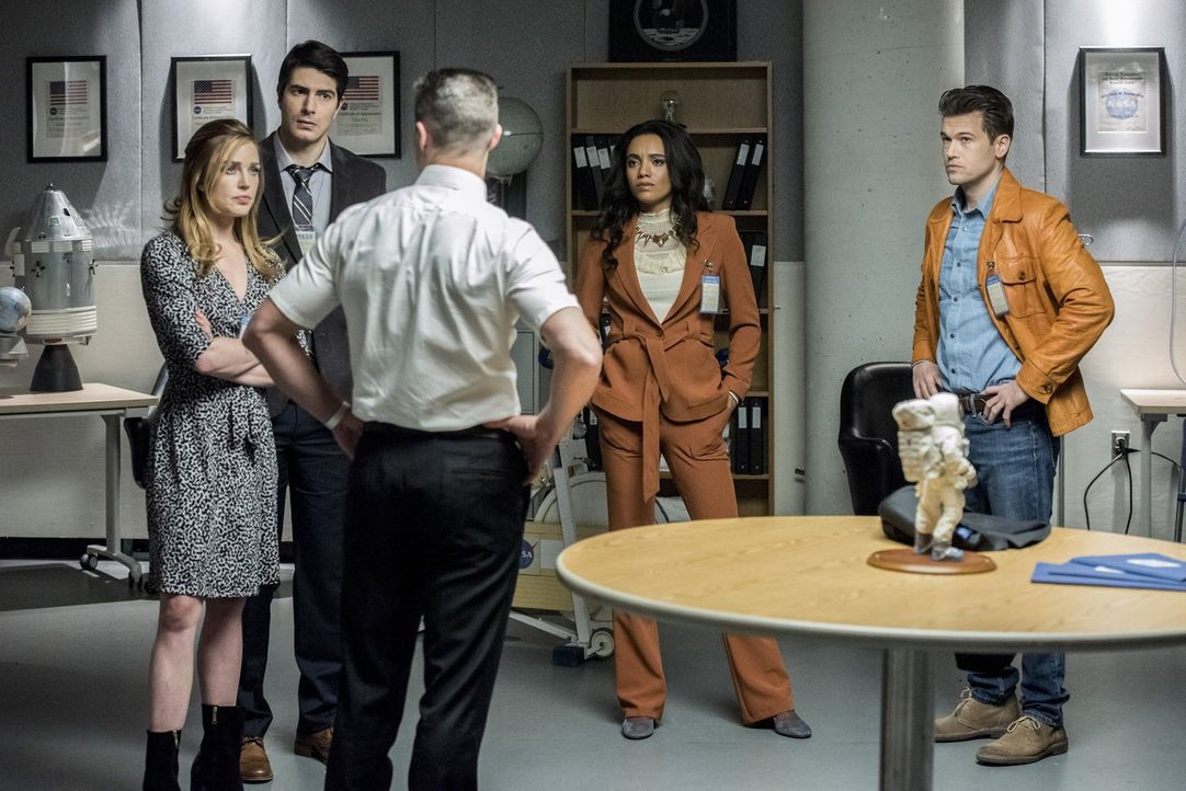 Um das letzte Fragment des Speers in Sicherheit zu bringen, müssen (v.l.n.r.) Sara (Caity Lotz), Ray (Brandon Routh), Henry (Matthew MacCaull), Amay... - Bildquelle: Warner Brothers