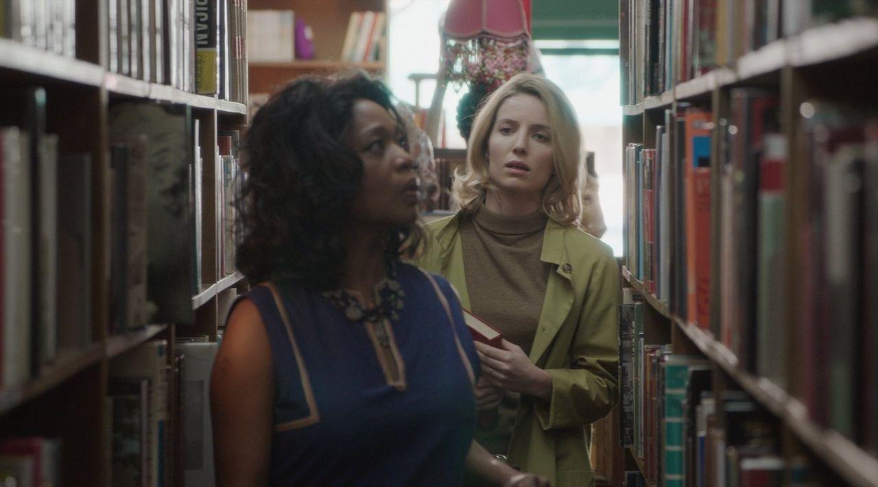In der Bibliothek probieren Mia (Annabelle Wallis, l.) und ihre Freundin Evelyn (Alfre Woodard, r.) mehr über den Dämon herauszufinden. Was sie hier... - Bildquelle: 2014 Warner Brothers