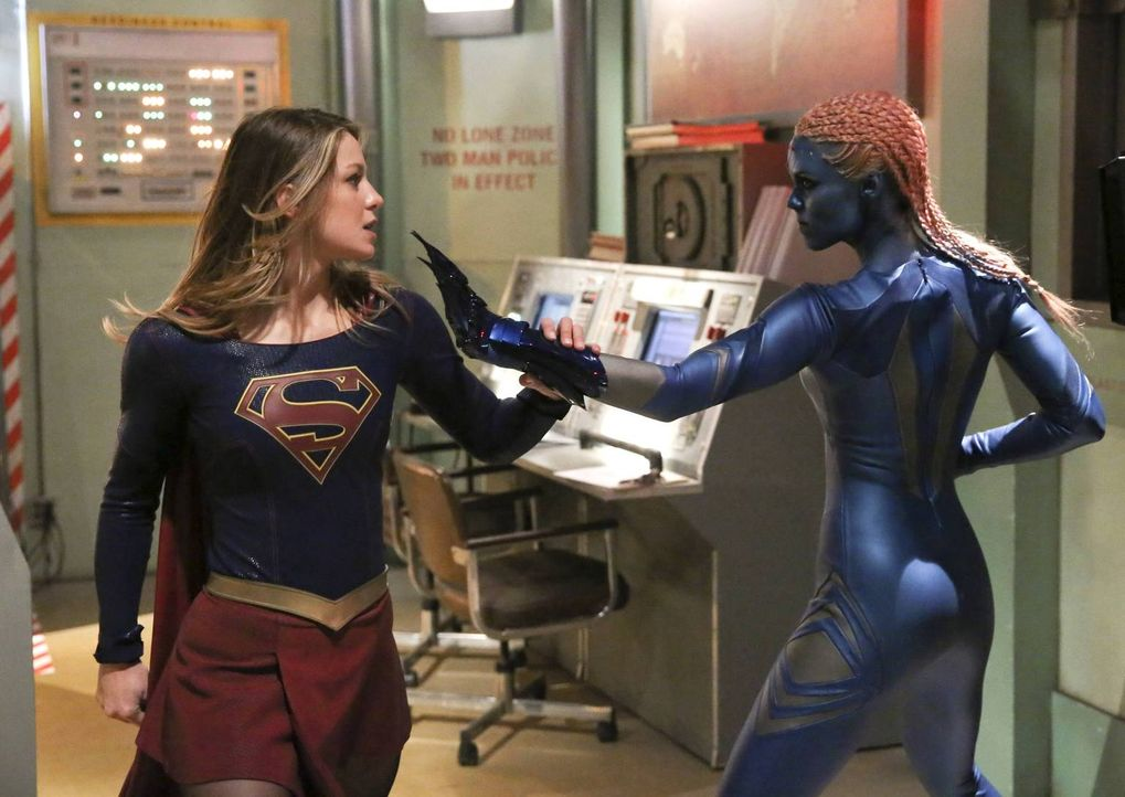 Kara alias Supergirl (Melissa Benoist, l.) bekommt es mit einem außerirdischen Wesen zu tun. Indigo (Laura Vandervoort, r.) terrorisiert die Stadt m... - Bildquelle: 2015 Warner Bros. Entertainment, Inc.