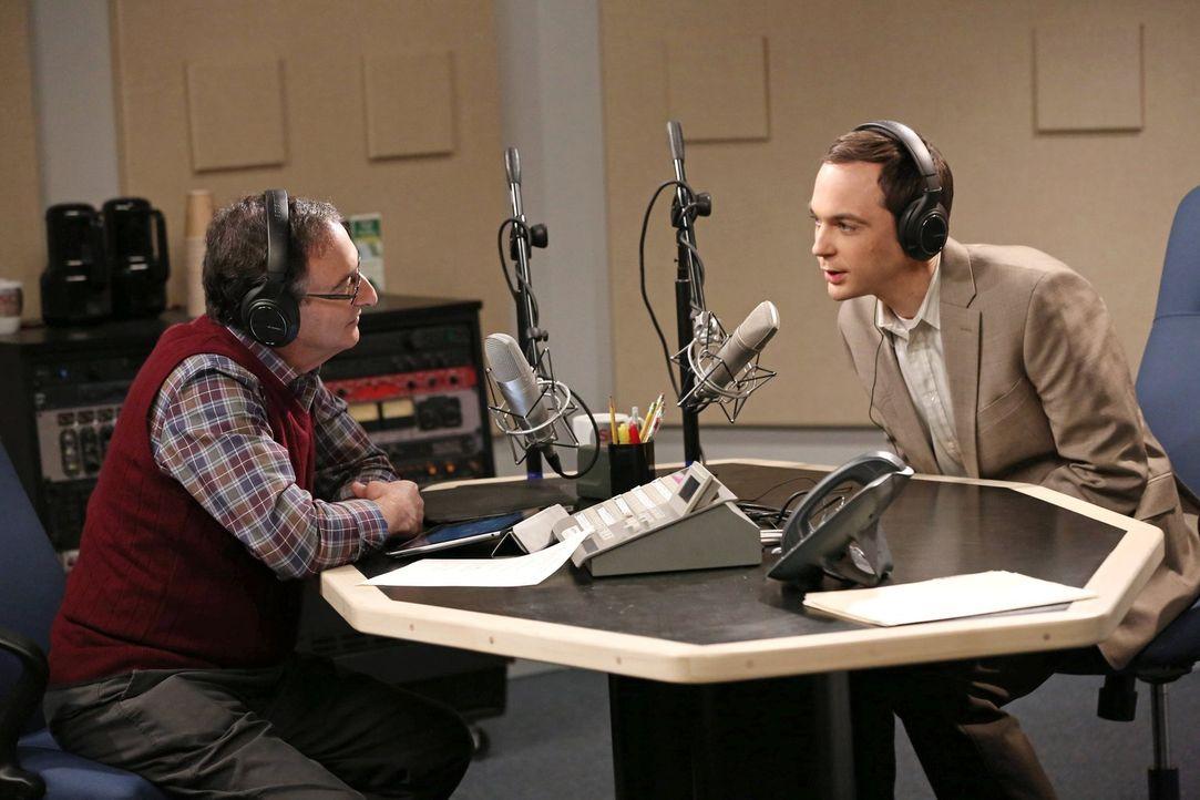 Sheldon (Jim Parsons, r.) wird von der Universität gezwungen, ein Interview mit Ira Flatow (Ira Flatow, l.), dem Radiomoderator einer Wissenschaftss... - Bildquelle: Warner Brothers