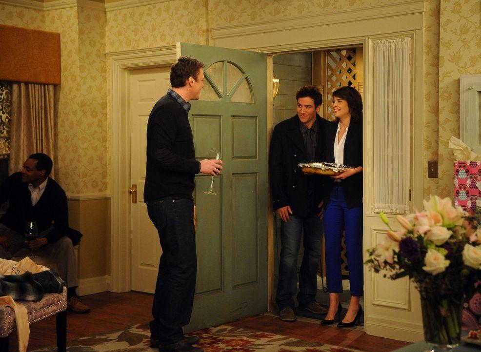 Lily und Marshall (Jason Segel, l.) geben in ihrem neuen Haus eine Einweihungsparty. Ted (Josh Radnor, M.) und Robin (Cobie Smulders, r.) freuen sic... - Bildquelle: 20th Century Fox International Television