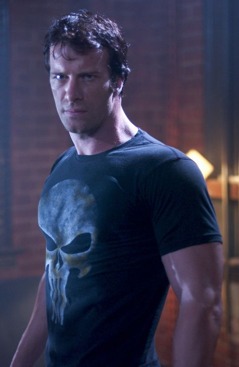 Nur mit seinem Verstand und einem gigantischen Waffenarsenal rächt er den Mörder seiner Familie: Frank Castle (Thomas Jane) ... - Bildquelle: Sony Pictures Television International. All Rights Reserved.