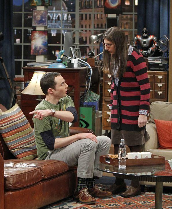 Während sich Raj um Mrs. Wolowitz kümmert, geraten Leonard und Sheldon (Jim Parsons, l.) in einen Streit, zu dem auch Penny und Amy (Mayim Bialik, r... - Bildquelle: Warner Bros. Television
