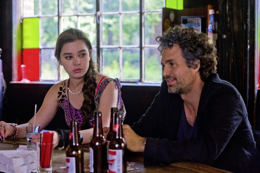 Wird das Zusammentreffen mit Gretta das Leben von Violet (Hailee Steinfeld, l.) und ihrem Vater Dan (Mark Ruffalo, r.) wirklich verändern? - Bildquelle: 2013 KILLIFISH PRODUCTIONS, INC. ALL RIGHTS RESERVED.