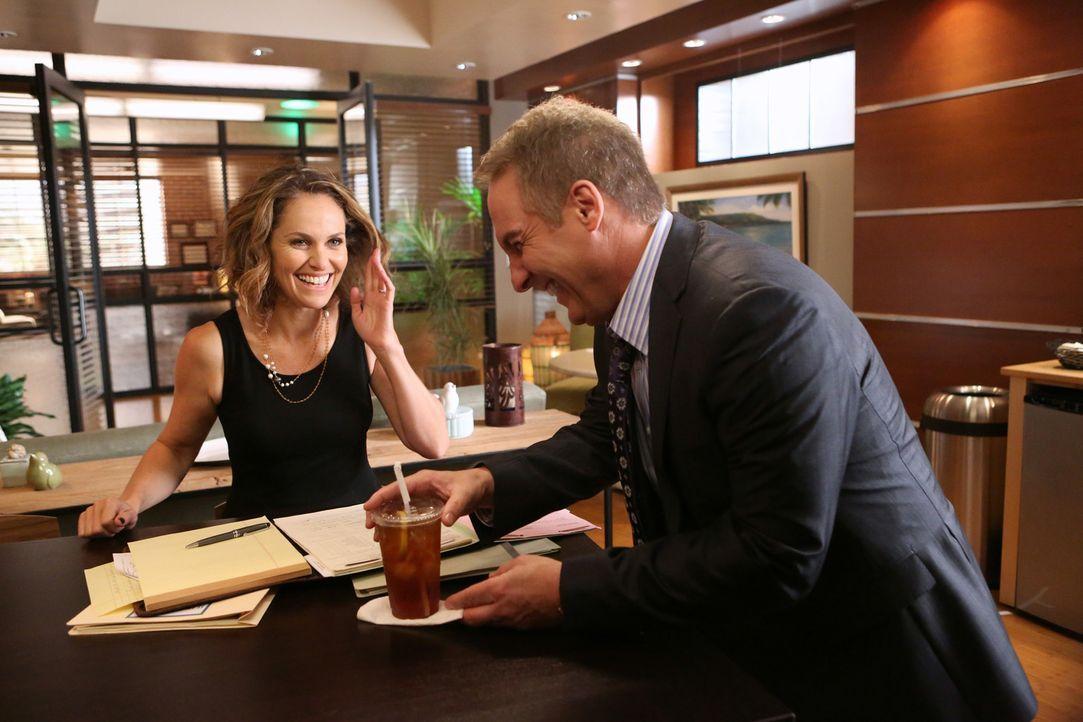 Nachdem Violet (Amy Brenneman, l.) die Offenbarung eines Patienten hört, wendet sie sich ratsuchend an Sheldon (Brian Benben, r.). Doch kann er ihr... - Bildquelle: ABC Studios