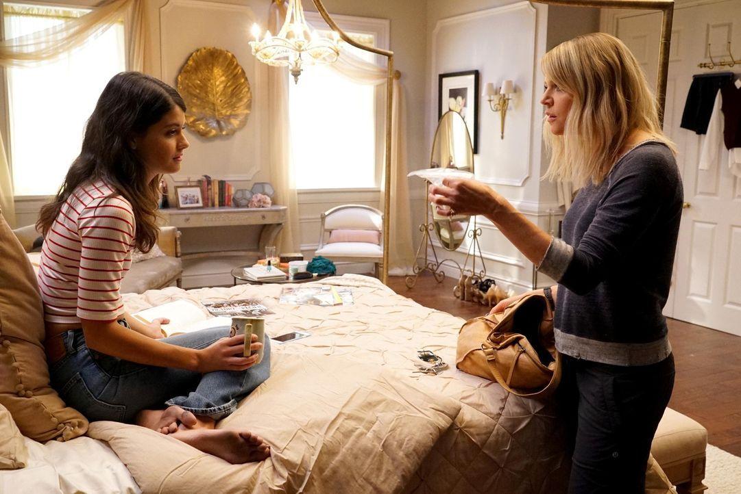 Verzweifelt probiert Mickey (Kaitlin Olson, r.) ihre Nichte Sabrina (Sofia Black-D'Elia, l.) von der Pille zu überzeugen, doch diese ist nicht einsi... - Bildquelle: 2017 Fox and its related entities.  All rights reserved.