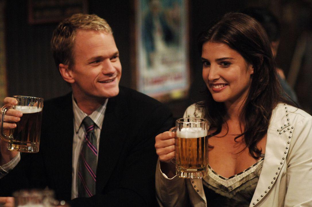 Ted schmeißt eine Party, um Robin (Cobie Smulders, r.) näher zu kommen. Barney (Neil Patrick Harris, l.) lässt sich dieses Fest natürlich nicht... - Bildquelle: 20th Century Fox International Television