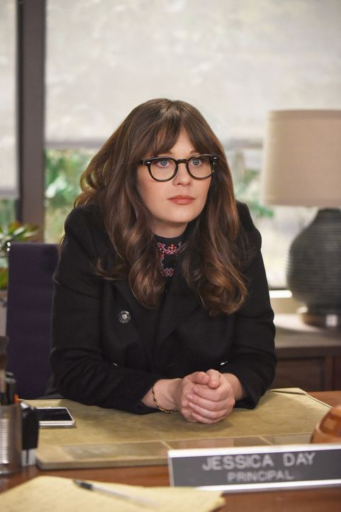 Jess (Zooey Deschanel) hat Angst, dass sie eine uncoole Direktorin wird und holt sich Unterstützung, um bei den Schülern beliebter zu werden ... - Bildquelle: Ray Mickshaw 2017 Fox and its related entities. All rights reserved. / Ray Mickshaw