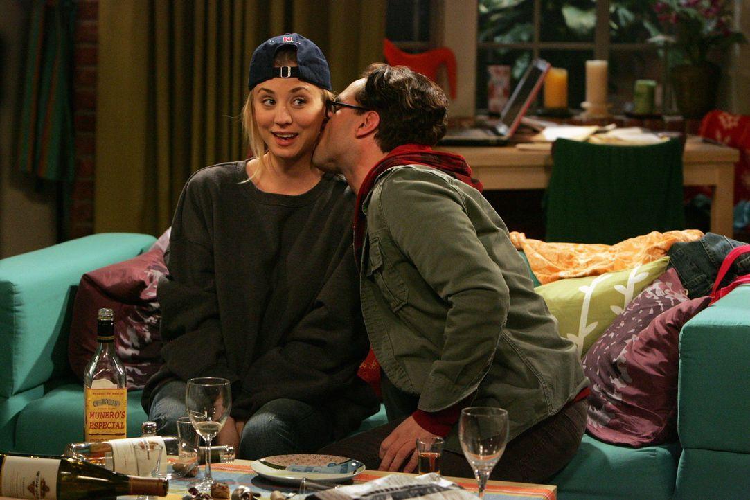 Bekämpfen ihren Frust über Beverly im Alkohol: Leonard (Johnny Galecki, r.) und Penny (Kaley Cuoco, l.) ... - Bildquelle: Warner Bros. Television