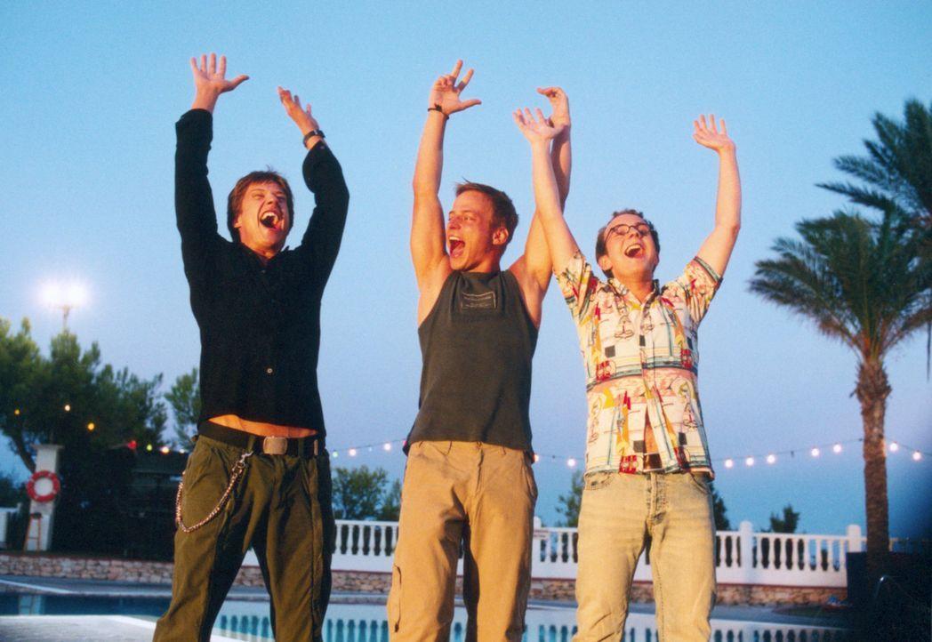 Nach dem Abi brechen die drei Freunde Ben (Kristian Erik Kiehling, l.), Felix (Tom Wlaschiha, M.) und Nick (Michael Krabbe, r.) nach Ibiza auf. Dort... - Bildquelle: Concorde Filmverleih GmbH