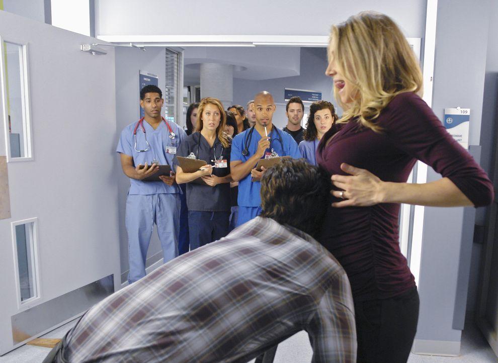 J.D. (Zach Braff, l.) beginnt seinen ersten Tag an der Medizinschule, der Winston University, und verabschiedet sich auf ganz besondere Weise von El... - Bildquelle: Touchstone Television
