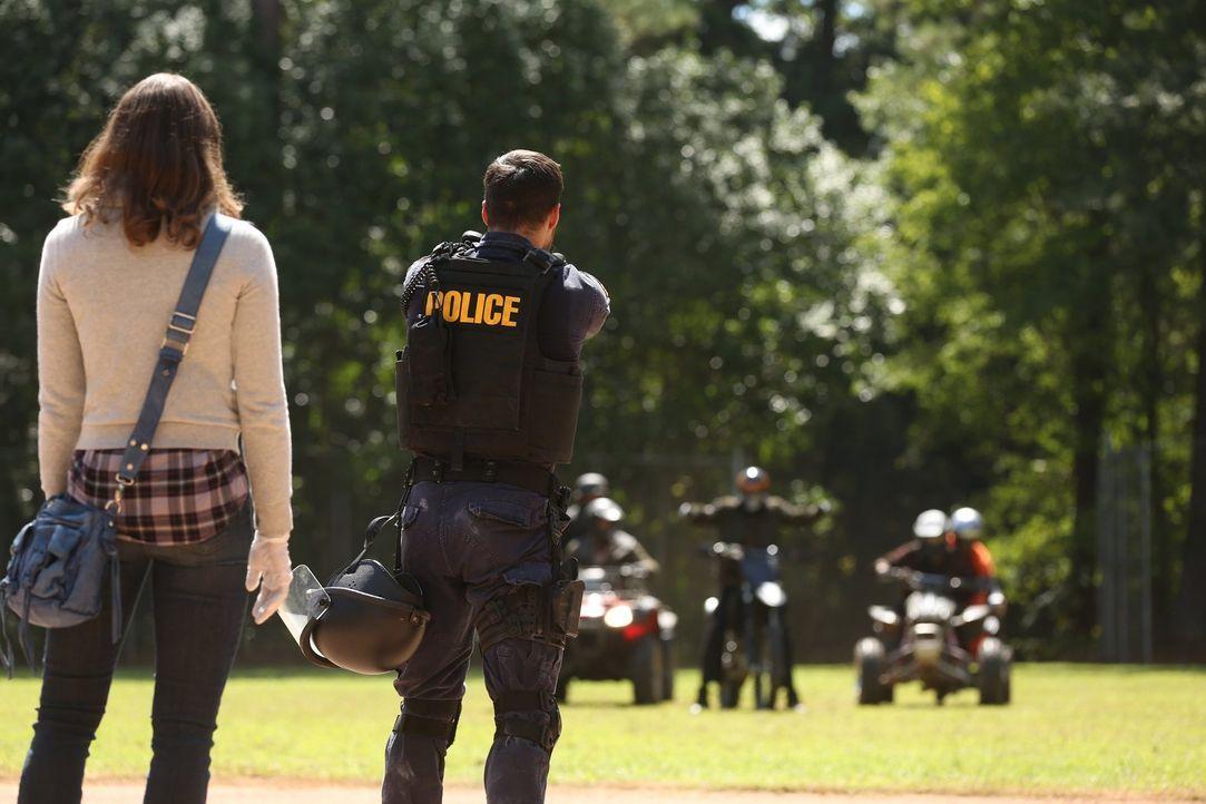 Die Straßen im Sperrgebiet werden beherrscht von unterschiedlichen Gangs. Fallen Katie (Kristen Gutoskie, l.) und Jake (Chris Wood, r.) einer von ih... - Bildquelle: Warner Brothers
