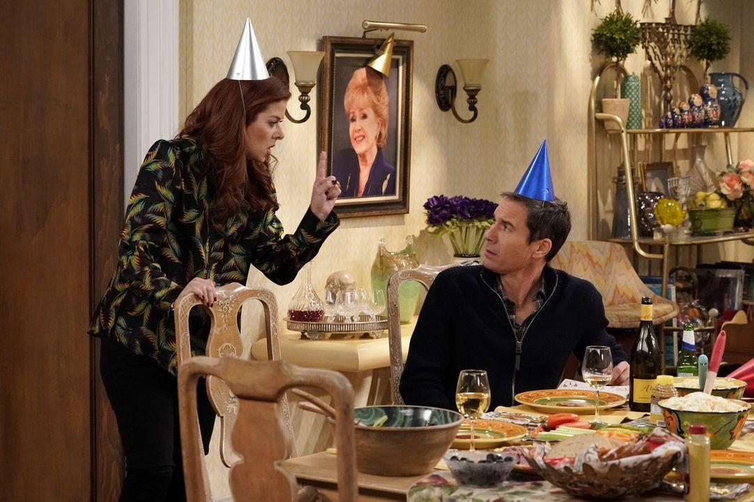 Grace (Debra Messing, l.) nimmt Will (Eric McCormack, r.) als Unterstützung zu ihrer Familie mit, als diese den Geburtstag ihrer verstorbenen Mutter... - Bildquelle: Chris Haston 2017 NBCUniversal Media, LLC
