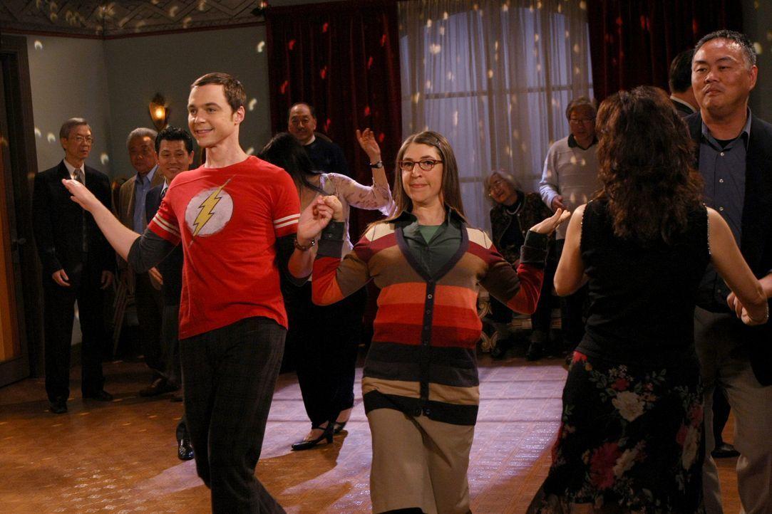 Als ob es nicht schon genug wäre, dass Sheldon (Jim Parsons, l.) wegen Leonard nicht ins Bad kann, muss er jetzt auch noch mit Amy (Mayim Bialik, M.... - Bildquelle: Warner Bros. Television