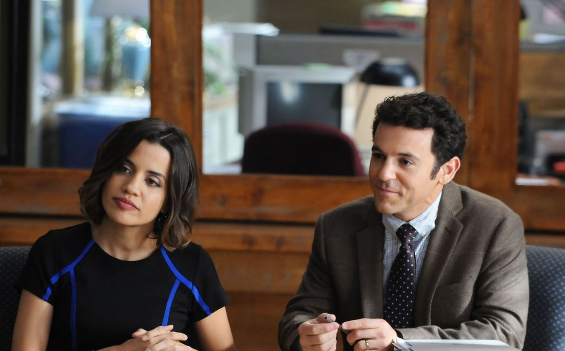 """Claire (Natalie Morales, l.) und Stewart (Fred Savage, r.) lassen sich nicht darauf ein, das Spin-off von """"The Grinder"""" zu zerreißen, nur damit sich... - Bildquelle: 2015-2016 Fox and its related entities.  All rights reserved."""