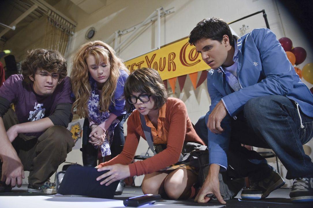 Notgedrungen müssen sich die vier gegensätzlichen Schüler, (v.l.n.r.) der unbeliebte Shaggy (Nick Palatas), die zukünftige Schauspielerin Daphne... - Bildquelle: 2009   Warner Brothers