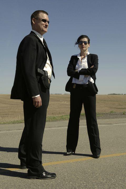 Haben einen Haufen widersprüchliche Aussagen in der Tasche und eine Überraschung in petto: FBI-Agenten Elizabeth Anderson (Julia Ormond, r.) und Sam... - Bildquelle: 2008 Warner Brothers