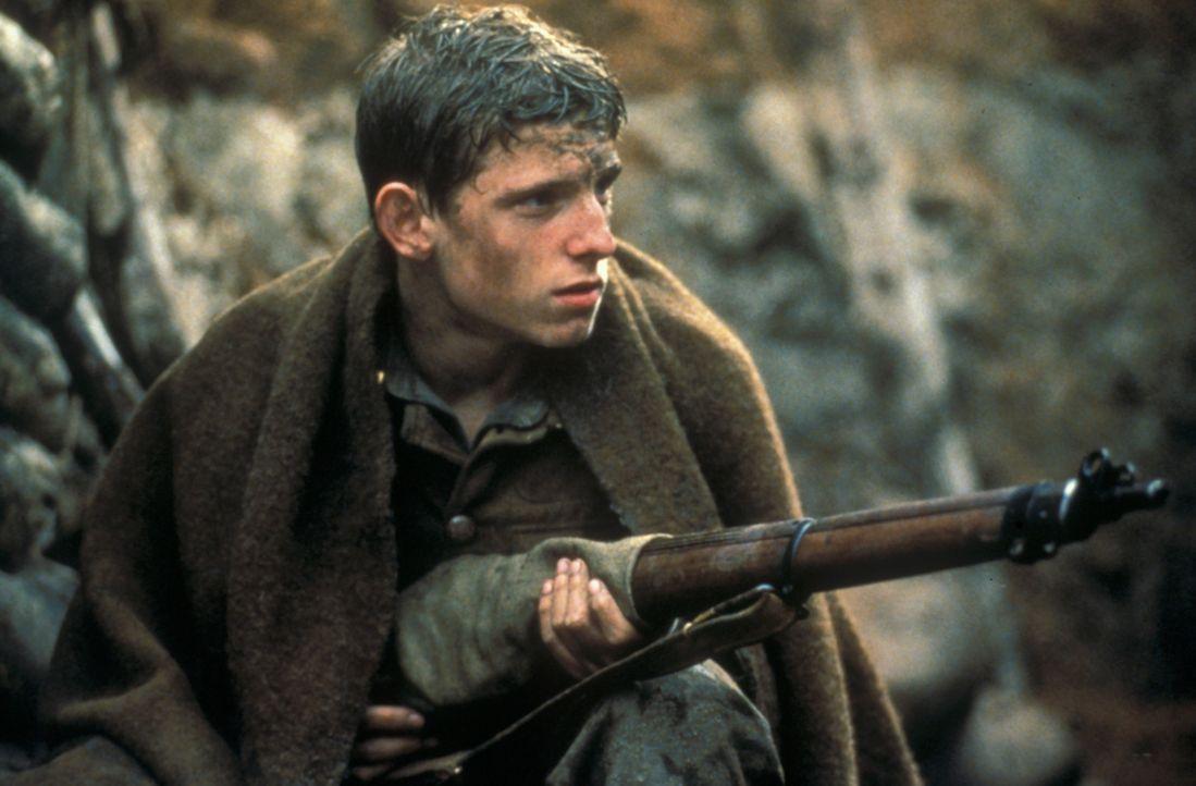 Blutjung, aber schon im Schützengraben: Noch glauben Charlie Shakespeare (Jamie Bell) und die überlebenden Soldaten, dass im Schützengraben noch wei... - Bildquelle: F.A.M.E. AG