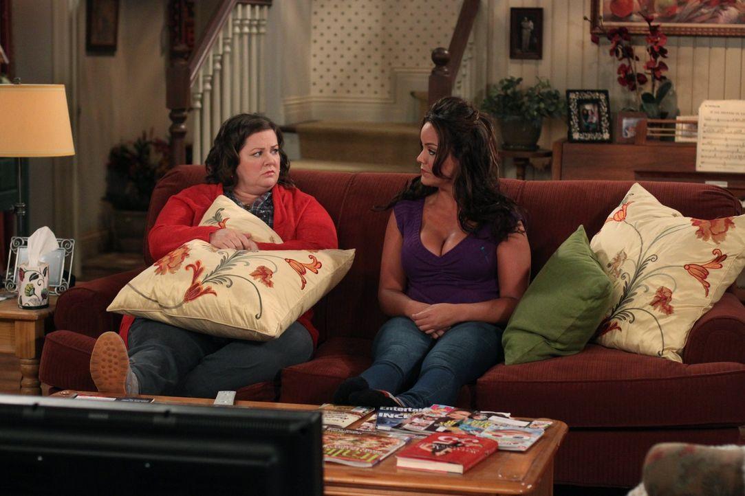 Nachdem Mike nach ihrem dritten Date nicht zu Molly (Melissa McCarthy, l.) mitkommen wollte, zerfließt sie in Selbstmitleid. Ihre Schwester Victori... - Bildquelle: 2010 CBS Broadcasting Inc. All Rights Reserved.