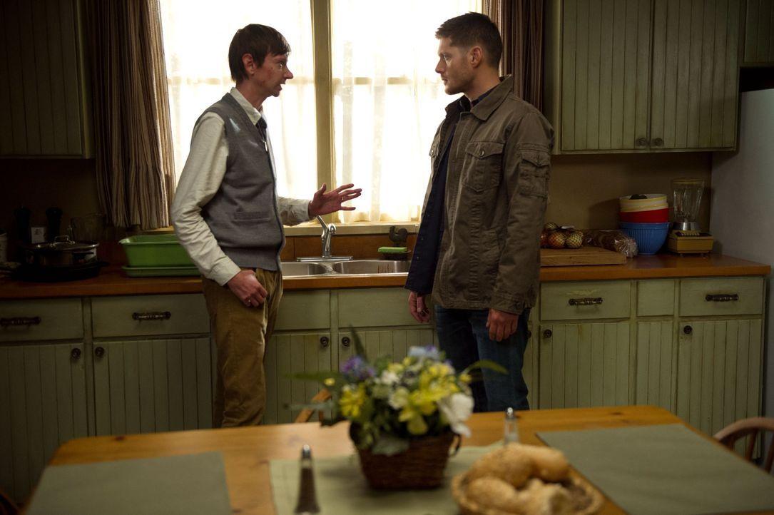 Als Dean (Jensen Ackles, r.) erfährt, dass es Garth (DJ Qualls, l.) nicht gut geht, macht er sich auf den Weg zu ihm und stellt ihn wegen seines Ver... - Bildquelle: 2013 Warner Brothers